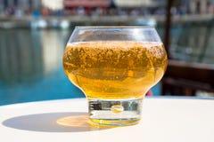 Glas mit geschmackvollem Apfelwein im alten französischen Fischerdorf, nein stockbilder