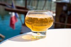 Glas mit geschmackvollem Apfelwein im alten französischen Fischerdorf, nein stockbild