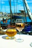 Glas mit geschmackvollem Apfelwein und rosafarbener Rebe im alten französischen fisherm stockfotografie