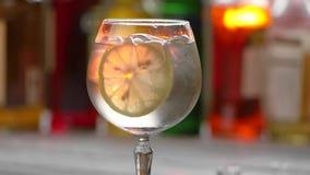 Glas mit Getränk und Eis stock video