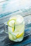 Glas mit hineingegossenem Detoxwasser auf Holztisch Lizenzfreies Stockfoto
