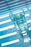 Glas mit Jalousie stockbild