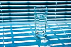 Glas mit Jalousie 2 stockfoto