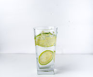 Glas mit Kalk Lizenzfreie Stockfotografie