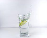 Glas mit Kalk Stockfotografie