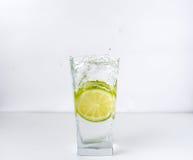 Glas mit Kalk Lizenzfreies Stockbild