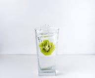 Glas mit Kiwi Lizenzfreies Stockfoto