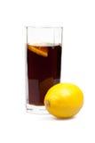 Glas mit Kolabaum und Zitrone Stockfoto