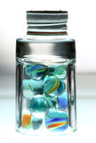 Glas mit Kugeln und Weißabdeckung. Lizenzfreies Stockfoto