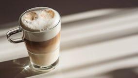 Glas mit Latte macchiato lizenzfreies stockfoto