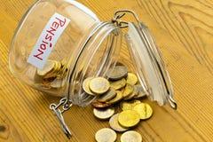 Glas mit Münzen. Beschreibungruhestand/-rentenbezug Lizenzfreies Stockfoto