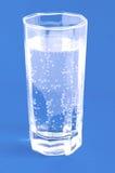 Glas mit Mineralwasser stockfoto