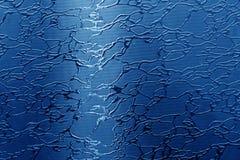 Glas mit Muster im Marineblauton stockfoto