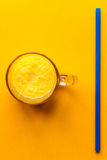 Glas mit orange frischem Saft und Stroh stockfoto