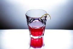 Glas mit rosafarbenem coctail Stockfotos