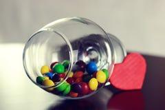 Glas mit Süßigkeitspille Stockfotografie
