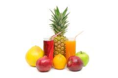 Glas mit Saft und Früchten stockfoto