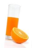 Glas mit Saft und Orange stockfoto