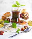 Glas mit türkischen Bonbons lizenzfreie stockfotografie