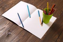 Glas mit verschiedenen Bleistiften und einem Blatt Stockfoto