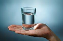 Glas mit Wasser Lizenzfreies Stockfoto