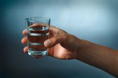 Glas mit Wasser lizenzfreie stockfotografie