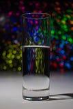 Glas mit Wasser mit bokeh Lizenzfreies Stockfoto