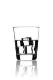 Glas mit Wasser u. Eis auf Weiß Lizenzfreies Stockfoto