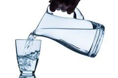 Glas mit Wasser und Krug lizenzfreies stockfoto
