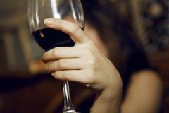 Glas mit Wein in den Händen der Frau Lizenzfreies Stockbild