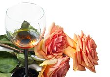 Glas mit Wein und einem Blumenstrauß Lizenzfreie Stockfotos