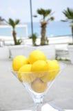 Glas mit Zitronen an der Küste Stockfotografie