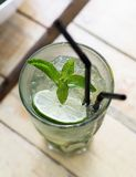 Glas mojito Kalk- und Minzencocktail Lizenzfreies Stockbild
