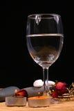 Glas, natuurlijke bebbles en droge bloemen op de rotanachtergrond Royalty-vrije Stock Afbeelding