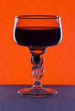 Glas op de rode achtergrond Royalty-vrije Stock Foto's