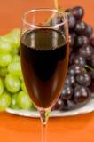 Glas op een achtergrond een wijnstok. Royalty-vrije Stock Foto