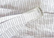 Glas op een printout van DNA-opeenvolging, strepen van DNA-opeenvolgingen binnen stock afbeeldingen