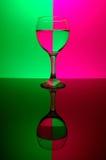 Glas op neonachtergrond stock afbeeldingen