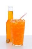 Glas orange Soda mit Flasche Stockfotografie