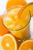 Glas Orangensaft mit Eiswürfeln Stockbild