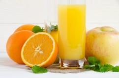 Glas Orangensaft mit Früchten lizenzfreies stockbild
