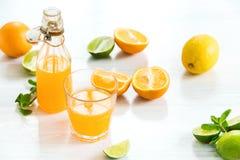 Glas oranje likeur Selectieve nadruk royalty-vrije stock afbeelding