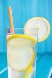 Glas organische limonade op houten achtergrond Stock Afbeeldingen
