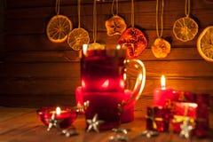 Glas overwogen wijn en Kerstmisdecoratie, kaarsen, giften Stock Afbeelding