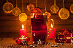 Glas overwogen wijn en Kerstmisdecoratie, kaarsen, giften Royalty-vrije Stock Foto