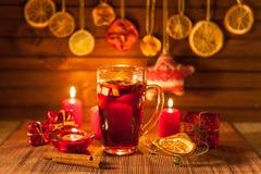 Glas overwogen wijn en Kerstmisdecoratie, kaarsen, giften Royalty-vrije Stock Fotografie