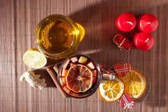 Glas overwogen wijn en Kerstmisdecoratie, kaarsen, giften Royalty-vrije Stock Afbeelding
