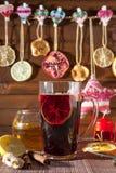 Glas overwogen wijn en Kerstmisdecoratie, kaarsen, giften Stock Afbeeldingen