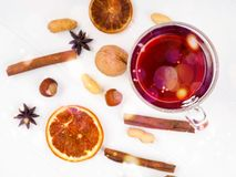 Glas overwogen wijn en kruiden op witte achtergrond royalty-vrije stock afbeeldingen