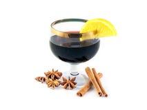 Glas overwogen wijn met citroen en kruiden Stock Foto